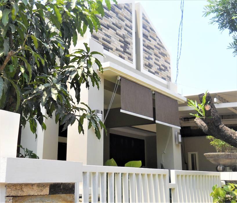 Perspektif Tampak Samping Kiri:  Rumah tinggal  by Amirul Design & Build