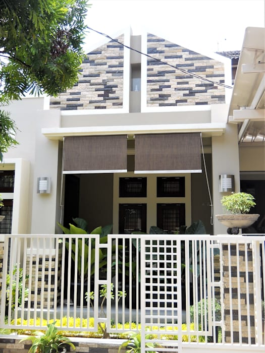 Tampak Depan Rumah Setelah Dirubah Wajahnya:  Rumah tinggal  by Amirul Design & Build