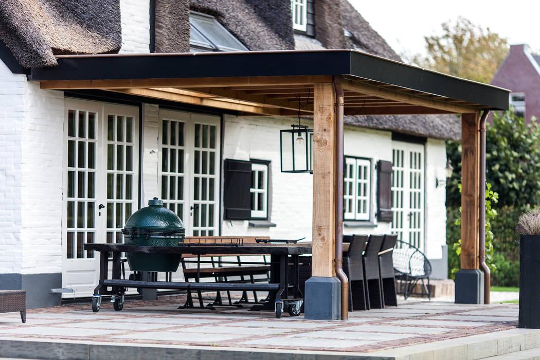 Verbouwing landelijke villa met moderne accenten:  Terras door Bob Romijnders Architectuur & Interieur, Landelijk