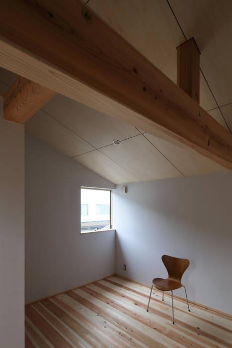 Rustic style bedroom by 芦田成人建築設計事務所 Rustic