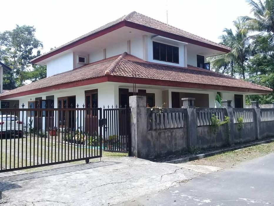 Eksterior human view : Rumah keluarga besar oleh studioindoneosia, Tropis Beton Bertulang