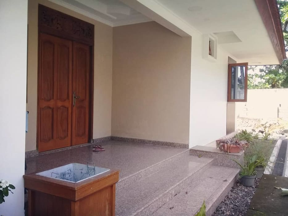 Main Entrance: Teras oleh studioindoneosia, Tropis Beton Bertulang
