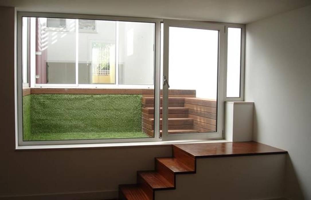 Habitação Unifamiliar Telheiras - Lisboa: Escadas  por Triplinfinito arquitetura, design e vídeo Lda,