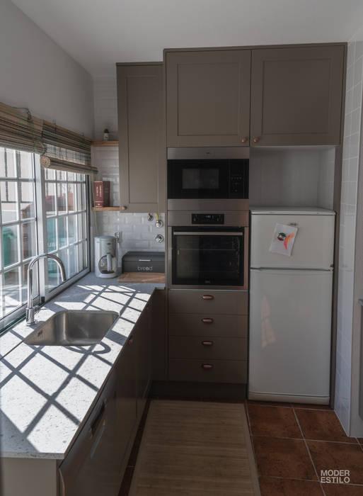 Qualidade moderna com um toque rústico: Cozinha  por Moderestilo - Cozinhas e equipamentos Lda,
