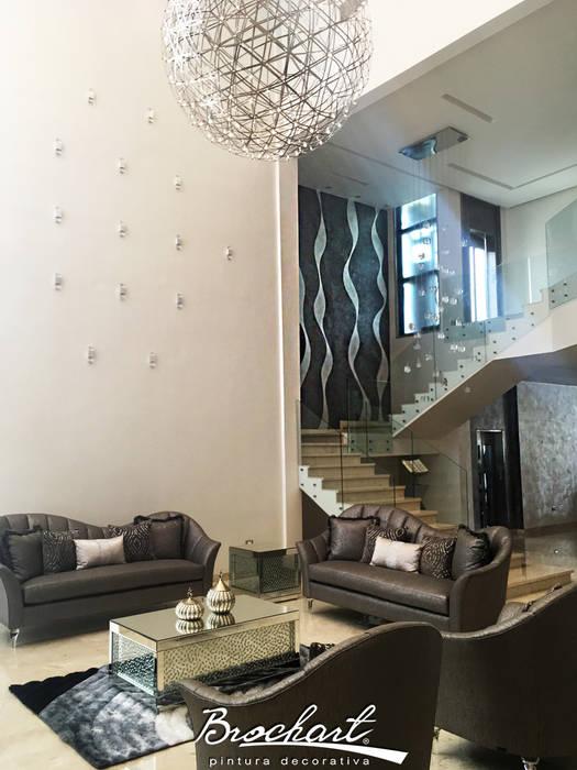 Escalera y sala, técnica Corteza Luxury, Ondulante, Caracol ©: Paredes de estilo  por Brochart pintura decorativa
