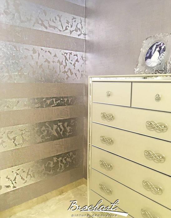 Dormitorio principal, técnica Espejo de Plata ©: Paredes de estilo  por Brochart pintura decorativa