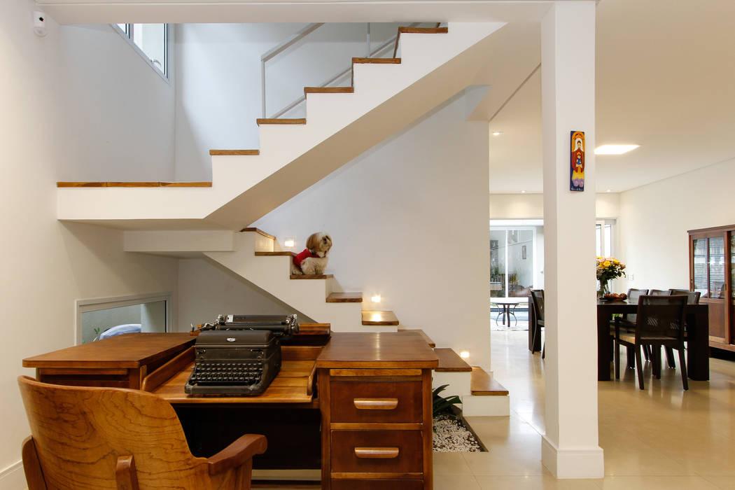 Escada: Escadas  por Otoni Arquitetura,Moderno