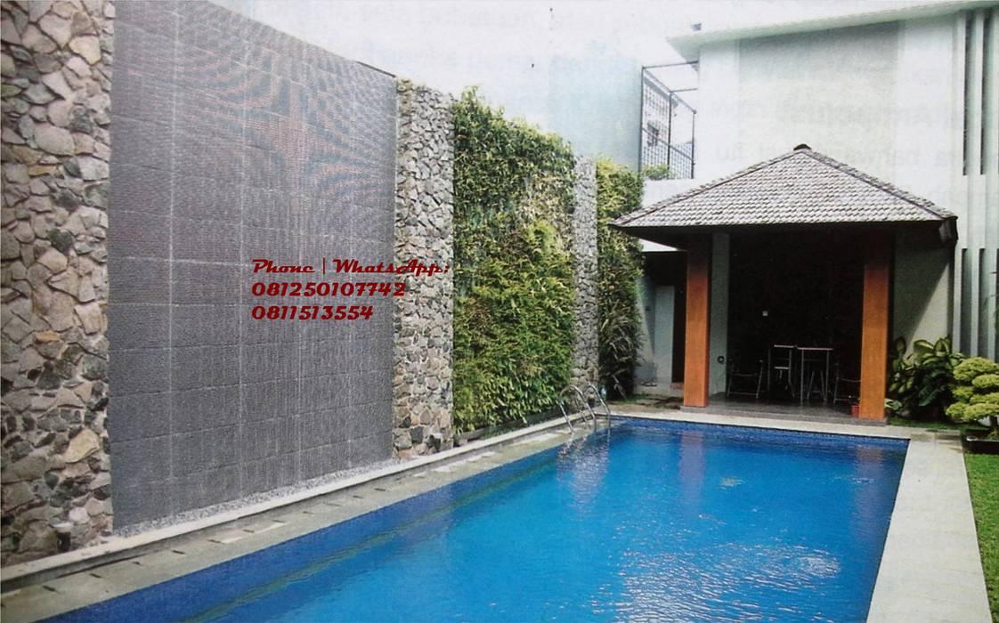 Taman vertikal - Vertical garden halaman belakang rumah dekat kolam renang Oleh TUKANG TAMAN SURABAYA - jasataman.co.id Tropis