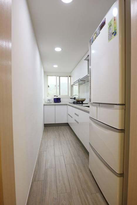 Nhà bếp phong cách tối giản bởi 青築制作 Tối giản