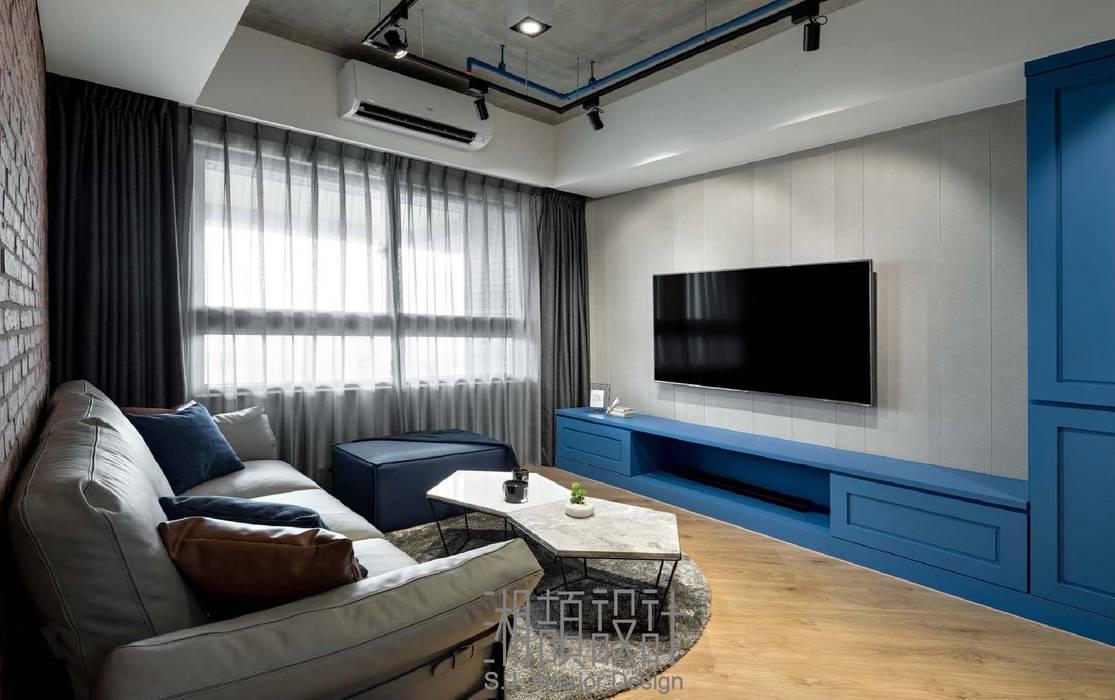 低彩度藍色點綴客廳 by 湘頡設計 Industrial Wood Wood effect