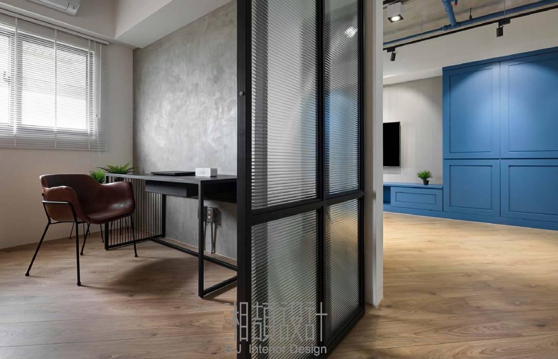 玻璃拉門隔間的書房:  餐廳 by 湘頡設計