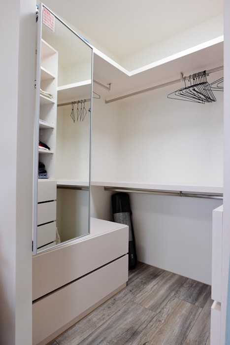Scandinavian style dressing room by 青築制作 Scandinavian