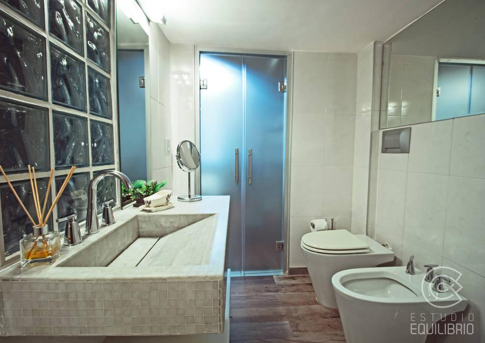 Proyecto Peña: Baños de estilo  por Estudio Equilibrio,