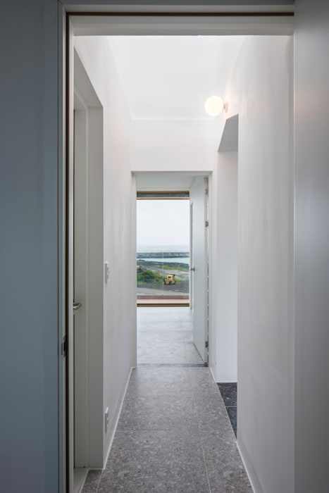 2-4층 복도 모던스타일 복도, 현관 & 계단 by 에이오에이 아키텍츠 건축사사무소 (aoa architects) 모던 합판