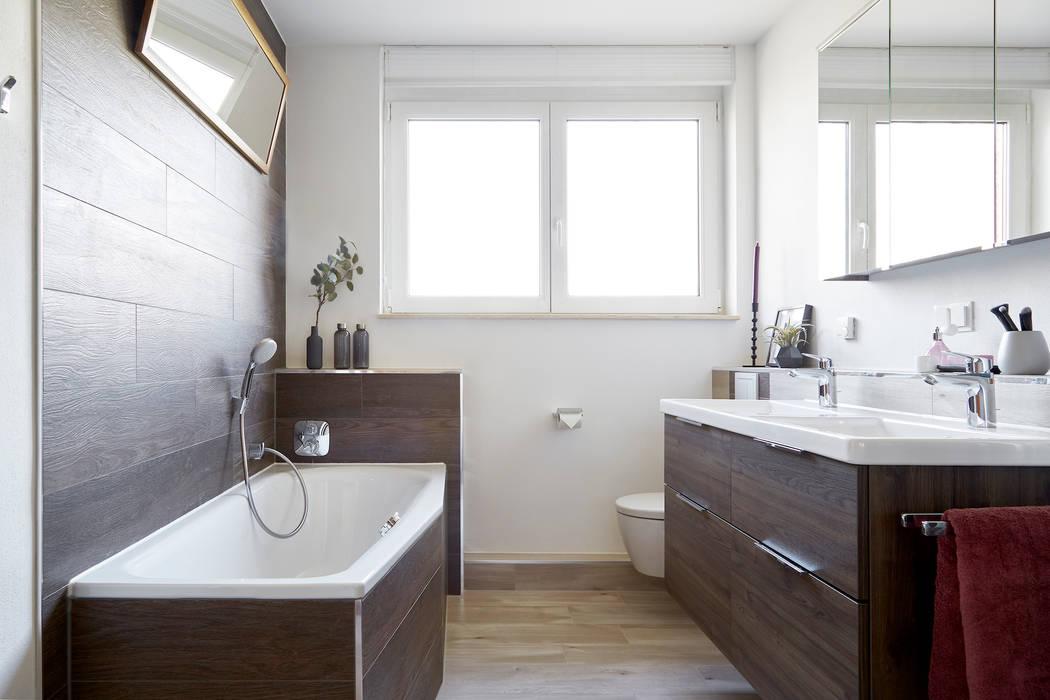 Modernes bad in holzoptik mit wanne, dusche und doppelwaschtisch ...