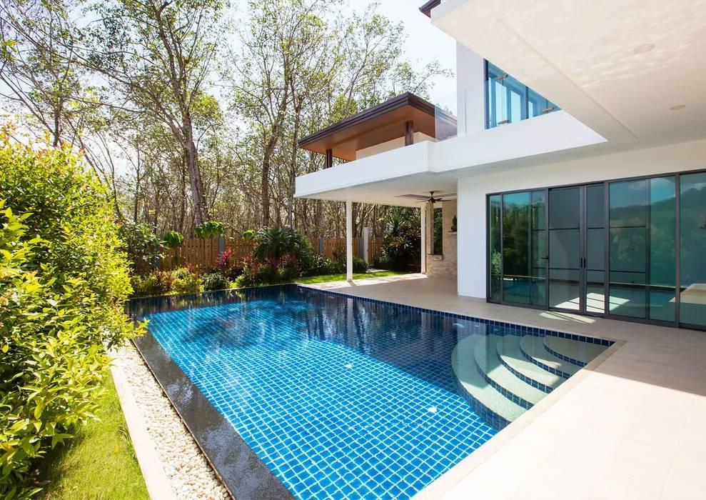 Construcción de piscinas en Marbella: Crea un lugar perfecto y refrescante: Piscinas de jardín de estilo  de Klausroom