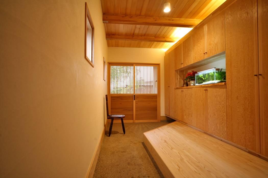 玄関 通り土間: 株式会社高野設計工房が手掛けた廊下 & 玄関です。,