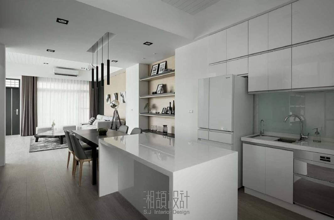 善用空間高度儲物的廚房區域 Minimalist dining room by 湘頡設計 Minimalist