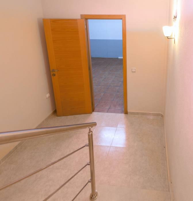 Home Staging en increíble chalet de L'Ampolla Pasillos, vestíbulos y escaleras de estilo mediterráneo de Home Staging Tarragona - Deco Interior Mediterráneo