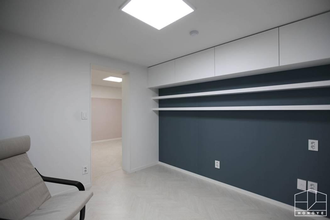 3대가 함께 사는 고급스러운 사동 푸르지오 7차 55py _ 이사 전: 홍예디자인의  서재 & 사무실