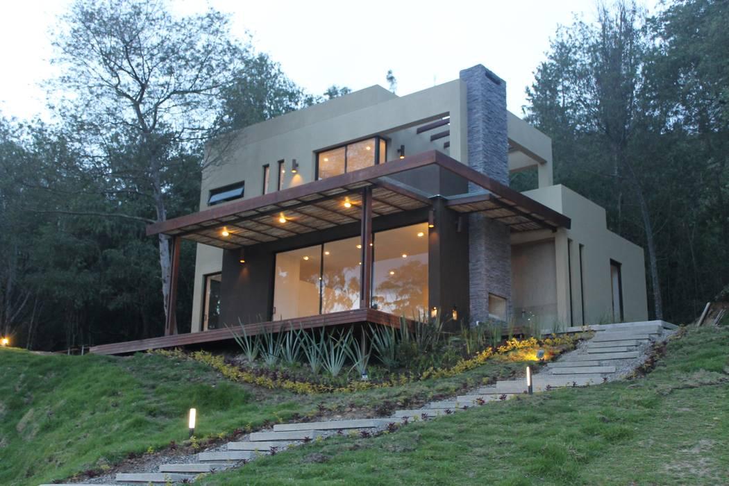 fachada principal: Casas campestres de estilo  por IngeniARQ Arquitectura + Ingeniería