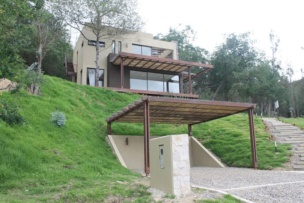 parqueadero: Garajes de estilo  por IngeniARQ Arquitectura + Ingeniería,