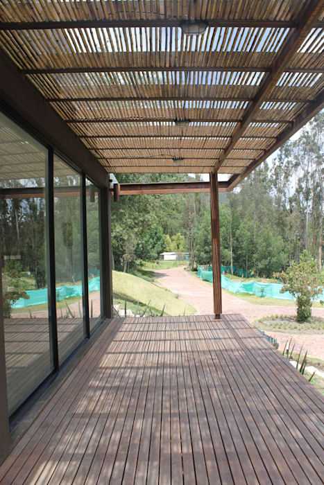 deck exterior: Terrazas de estilo  por IngeniARQ Arquitectura + Ingeniería
