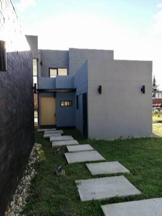Acceso: Casas de estilo moderno por IngeniARQ Arquitectura + Ingeniería