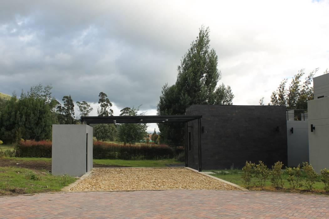 estacionamiento + pergola Garajes de estilo moderno de IngeniARQ Arquitectura + Ingeniería Moderno