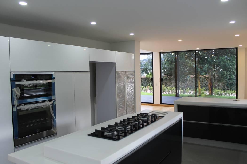 cocina: Cocinas de estilo moderno por IngeniARQ Arquitectura + Ingeniería