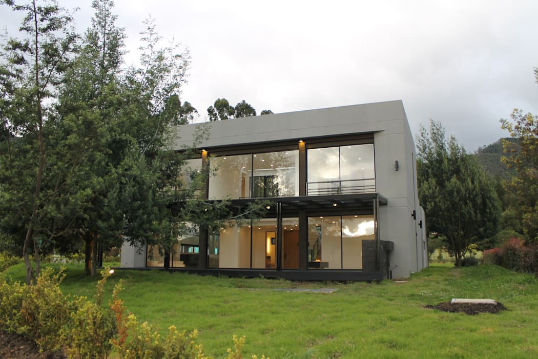 fachada principal de IngeniARQ Arquitectura + Ingeniería Moderno
