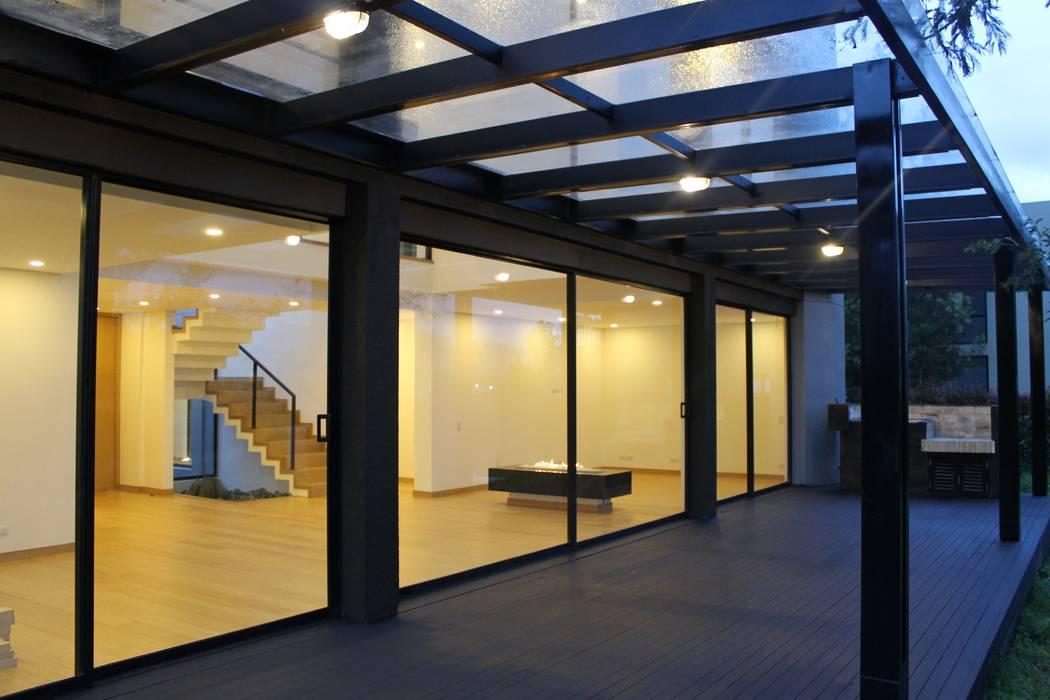 deck + BBQ Balcones y terrazas de estilo moderno de IngeniARQ Arquitectura + Ingeniería Moderno