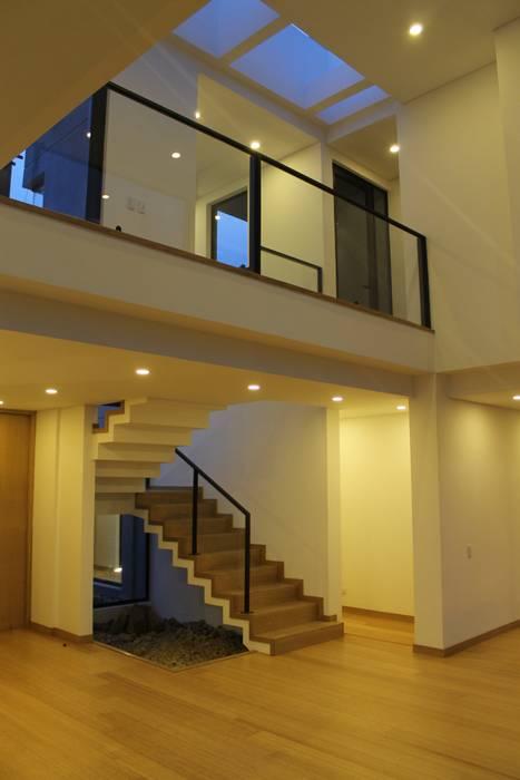 escalera + doble altura: Escaleras de estilo  por IngeniARQ Arquitectura + Ingeniería