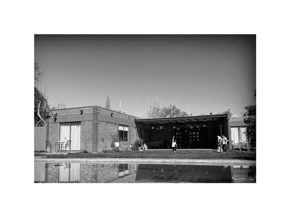 Terraza Posterior y Patio: Casas unifamiliares de estilo  por D01 arquitectura