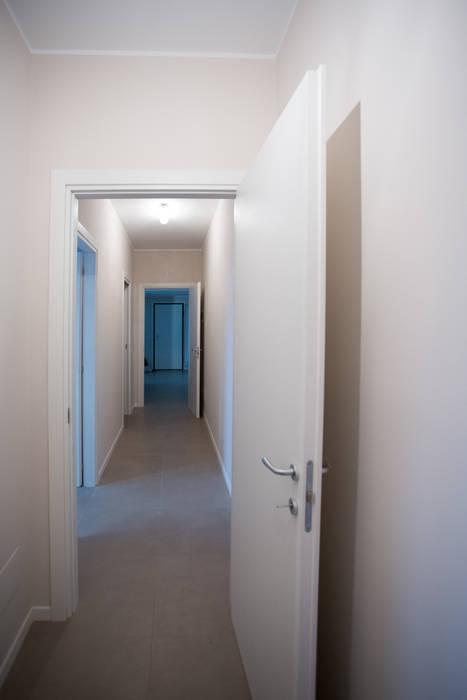 Ristrutturazione Corridoio Milano: Ingresso & Corridoio in stile  di Ristrutturazione Case