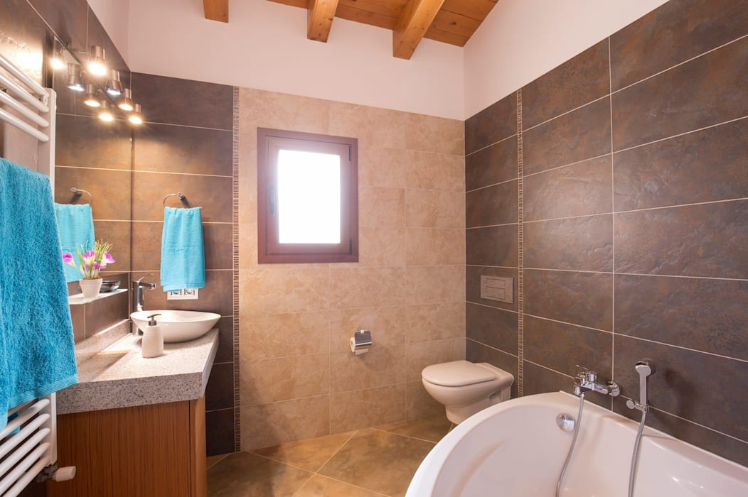 Baño con bañera: Baños de estilo  de Diego Cuttone, arquitectos en Mallorca