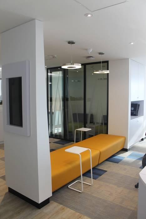 MOBILIARIO ESPECIAL: Edificios de oficinas de estilo  por IngeniARQ Arquitectura + Ingeniería