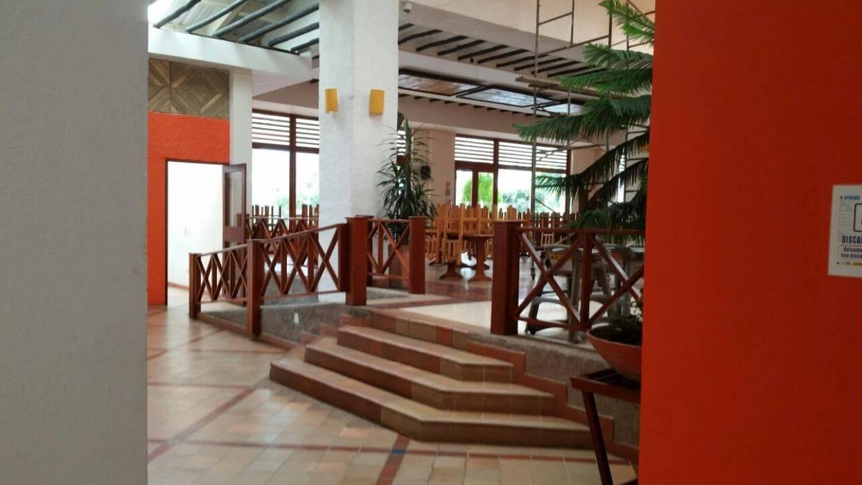 Remodelación de Pescadero Pasillos, vestíbulos y escaleras de estilo tropical de Artekpro Tropical