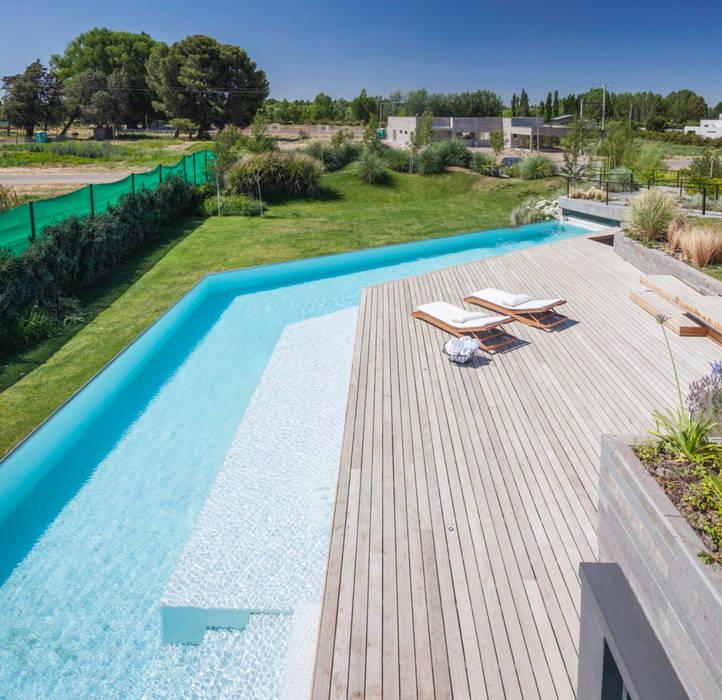 Perfekt angepasst in der Landschaft :  Pool von Ecologic City Garden - Paul Marie Creation,Modern