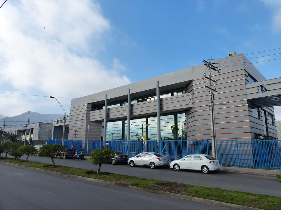Vista de fachada edificio administracion y salas: Escuelas de estilo  por  Arquitectos Roman&Toledo