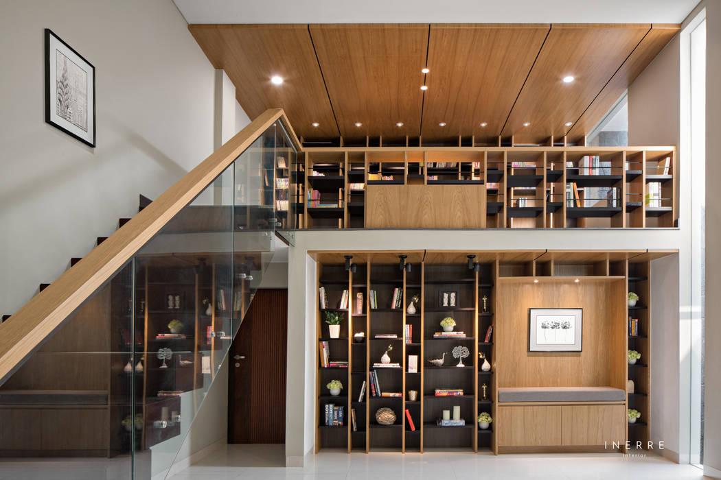 Library: Ruang Kerja oleh INERRE Interior,