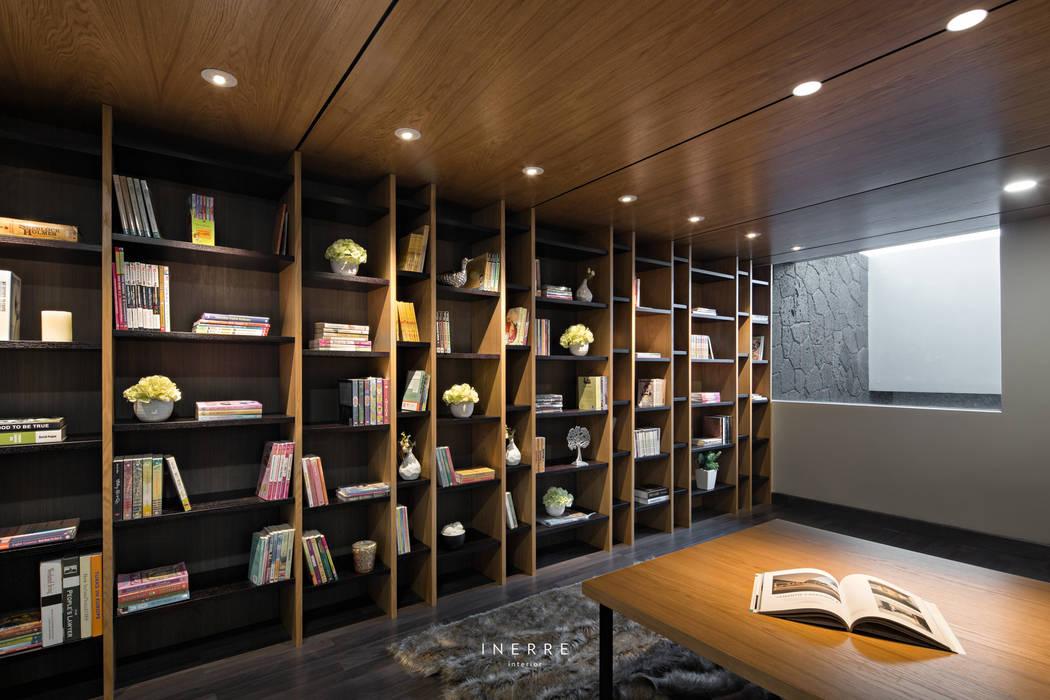Library: Ruang Kerja oleh INERRE Interior, Modern