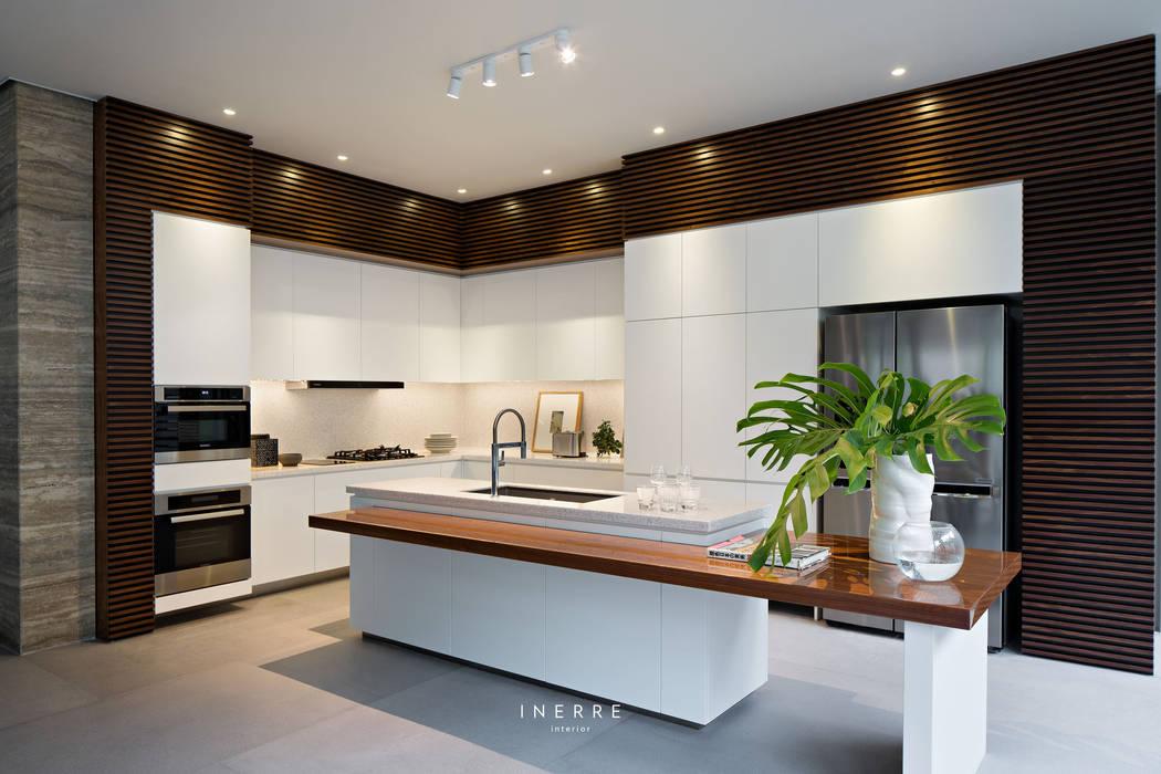 : Dapur built in oleh INERRE Interior, Modern