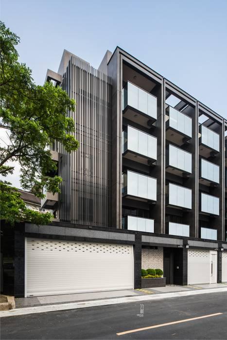 邊間戶型多了金屬隔柵的細膩.為整個建案多了精緻感 Minimalist offices & stores by 竹村空間 Zhucun Design Minimalist Metal