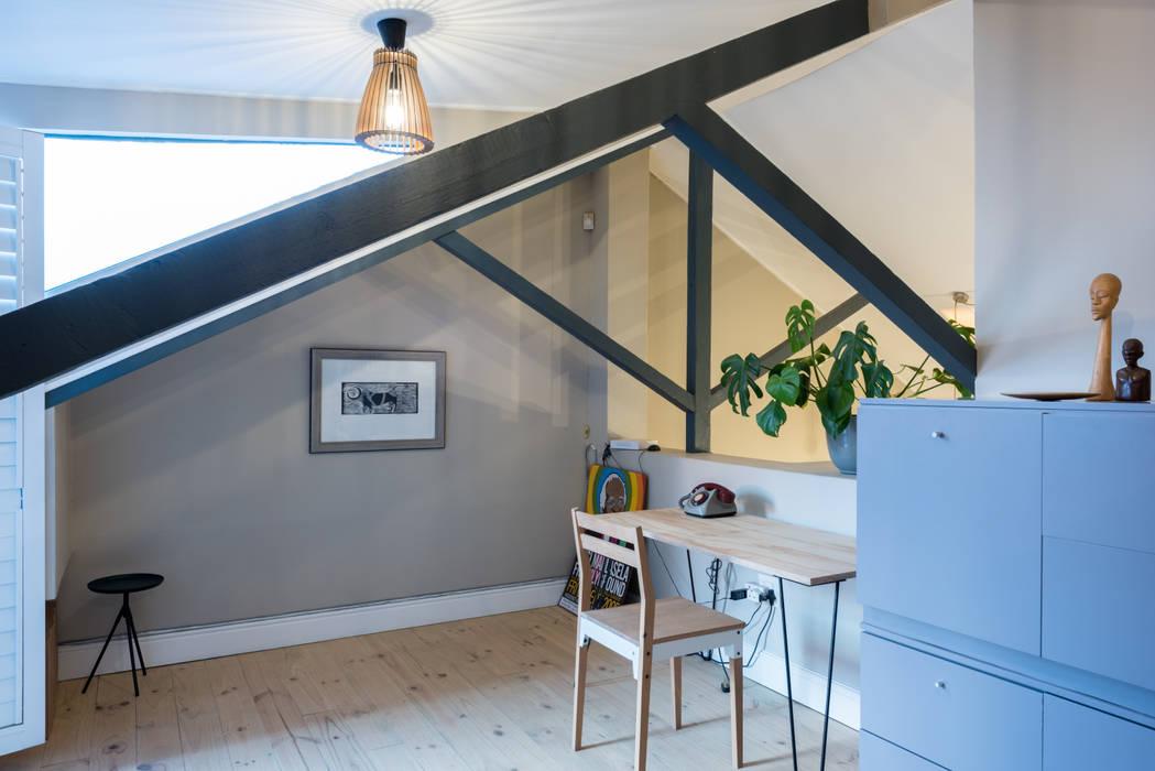 Study loft Eclectic style bedroom by Barak Mizrachi Architects Eclectic Wood Wood effect