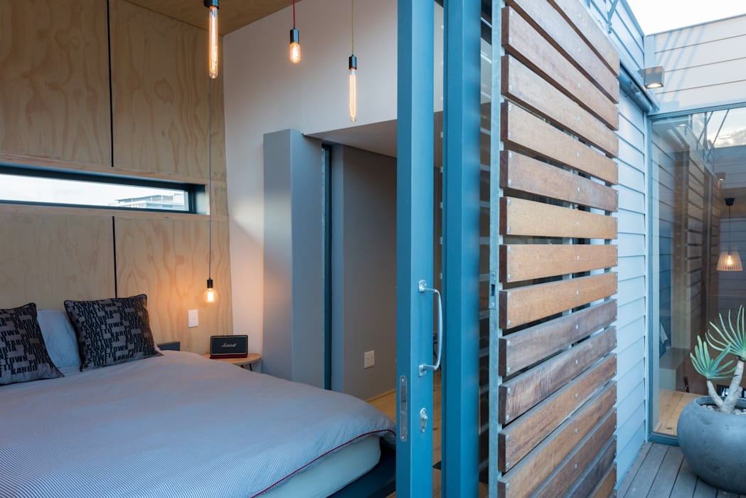Balcony shutters Industrial style bedroom by Barak Mizrachi Architects Industrial Wood Wood effect