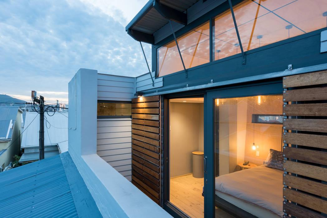 Balcony view by Barak Mizrachi Architects Industrial Glass