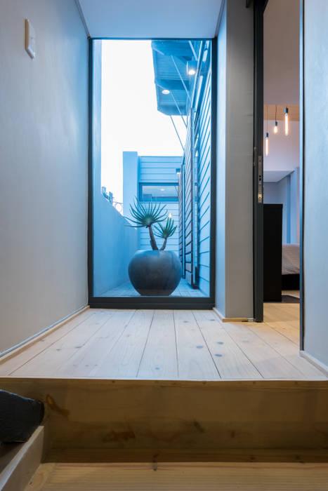 Pang-industriya na corridors estilo, Pasilyo & Hagdan by Barak Mizrachi Architects Industrial Solid Wood Multicolored