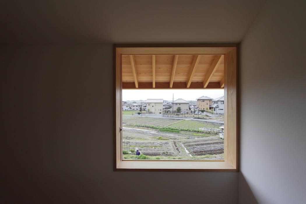 Wooden windows by 中山建築設計事務所, Scandinavian Solid Wood Multicolored