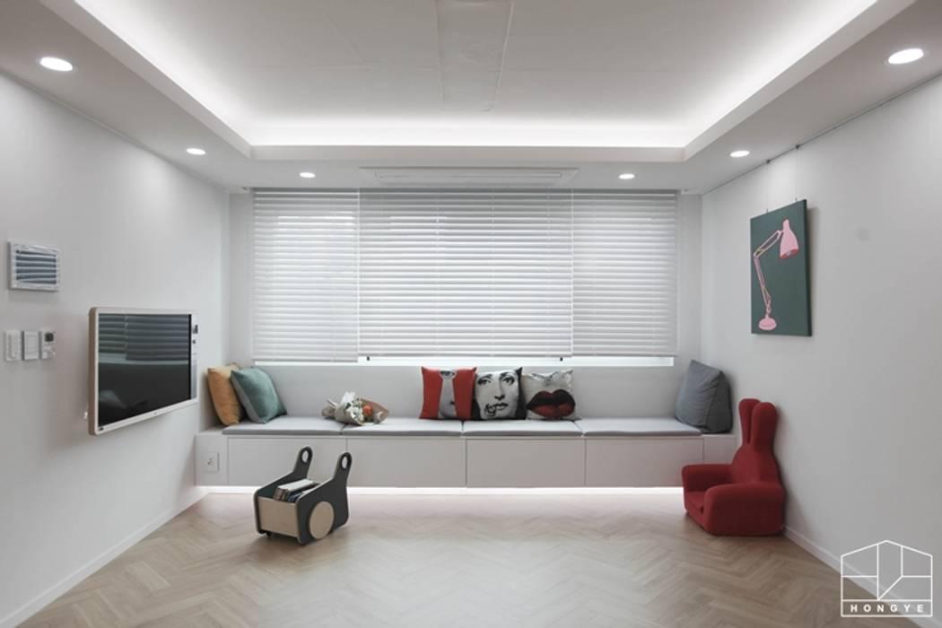 터치 하나로 집의 모든 걸 컨트롤하는 25평 스마트하우스_ 이사 후: 홍예디자인의  거실